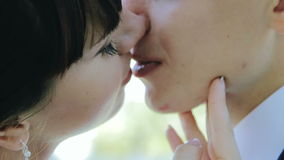 Le marié embrasse la jeune mariée en parc au coucher du soleil le soleil banque de vidéos