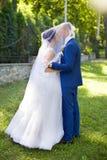Le marié embrasse la jeune mariée sur la joue photo libre de droits