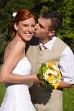 Le marié embrasse la mariée image libre de droits