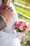 Le marié embrasse la mariée Images libres de droits