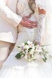 Le marié embrasse la mariée Image stock