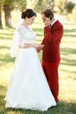Le marié est occupé à parler au téléphone, mécontentement de attente de jeune mariée Appel urgent, la patience au mariage Photos libres de droits