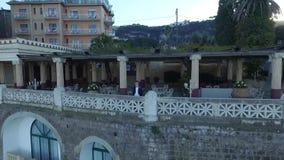 Le marié est sur la terrasse d'été banque de vidéos