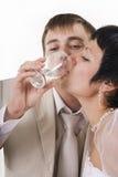 Le marié et l'eau de boissons de jeune mariée Images stock