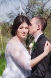 Le marié et la jeune mariée dans une robe blanche font du jardinage au printemps Image libre de droits