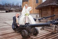 Le marié et la jeune mariée sur la vieille batterie d'artillerie Photographie stock libre de droits