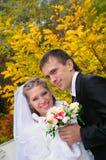 Le marié et la mariée sur un fond d'automne images libres de droits