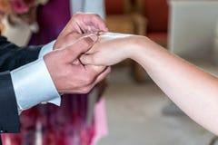 Le marié et les anneaux d'échange de jeune mariée Photos libres de droits