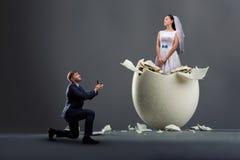 Le marié fait la proposition, jeune mariée dans la coquille photo stock