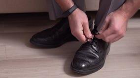 Le mari? lie l'homme de plan rapproch? de dentelles de chaussure liant une chaussure banque de vidéos