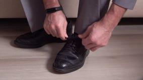 Le marié lie le plan rapproché de dentelles de chaussure clips vidéos