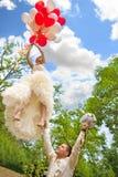 Le marié maintient un vol de mariée parti Photographie stock