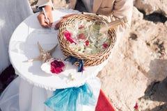 Le marié met sa signature Épousant en Chypre, jeunes mariés sur un pont en pierre dans Agia Napa voûte et table pour Photo libre de droits