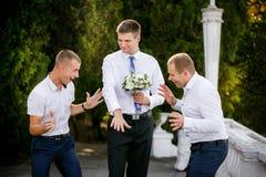Le marié montre un anneau de mariage aux amis Images libres de droits