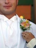 Le marié obtient le corsage photo libre de droits