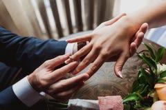 Le marié porte la jeune mariée d'anneau Cérémonie de mariage Photographie stock libre de droits