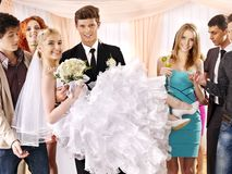 Le marié porte la jeune mariée sur ses mains. Photos libres de droits