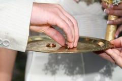Le marié prend l'anneau de mariage pour le porter sur le bras du Br Image stock