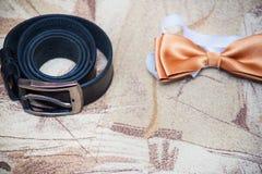 Le marié réglé Butterfly chausse des montres de boutons de manchette de ceintures Image libre de droits