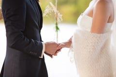 Le marié retient la main de la mariée Photos libres de droits
