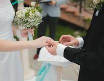 Le marié s'use la mariée de boucle Photographie stock libre de droits