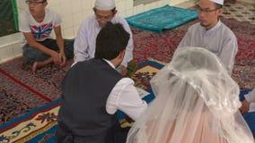 Le marié Sit de jeune mariée sur le tapis écoutent le prêtre Men Witnesses Watch clips vidéos