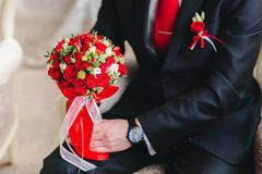 Le marié tient le bouquet nuptiale photos libres de droits