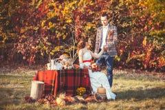 Le marié tient la main de la jeune mariée Photographie stock