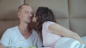 Le mari apporte son jeune petit déjeuner d'épouse dans le lit banque de vidéos