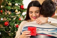 Le mari donnent un présent à sa belle épouse pour un holida de Noël photo libre de droits