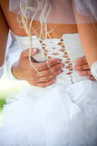 Le marié embrasse la mariée Photos stock