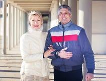 Le mari et l'épouse ordinaires marchent ensemble Photo stock