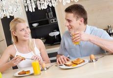 Le mari et l'épouse prennent un casse-croûte dans la cuisine Image libre de droits
