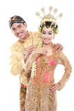 Le mari et l'épouse traditionnels heureux de couples de mariage de Java embrassent e Image stock