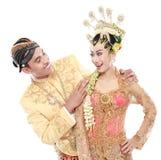 Le mari et l'épouse traditionnels heureux de couples de mariage de Java embrassent e Photographie stock