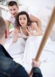 Le mari fâché avec la batte de baseball a attrapé l'épouse de fraude avec l'amant Photos libres de droits