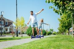 Le mari gai et son l'épouse appréciant le hoverboard montent Photographie stock