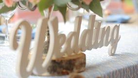 Le mariage blanc et la famille de signage de mariage restent à la table Exprimez le mariage comme éclairage de signage dans la dé Images stock