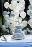 Le mariage bleu de gâteau avec décorent le texte d'A&B sur le fond de dessus et de ballon Photographie stock