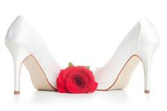 Le mariage chausse le blanc avec un rouge a monté Photographie stock libre de droits