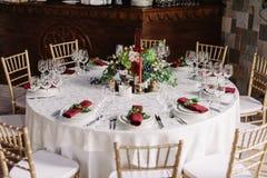 Le mariage a décoré la table et les chaises blanches dans le château de l'amour Photo libre de droits