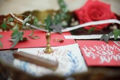 Le mariage détaille la calligraphie avec la fleur sur le fond en bois Image libre de droits