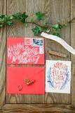 Le mariage détaille la calligraphie avec la fleur sur le fond en bois Photos stock