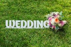 Le mariage de mot avec le beau bouquet de mariage sur une herbe Photo libre de droits