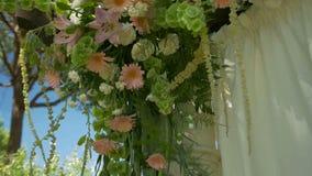 Le mariage fleurit tenu dans la main clips vidéos