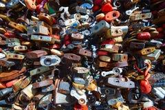 Le mariage multicolore se retranche sur la barrière du pont L'escroquerie Photographie stock libre de droits