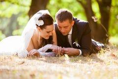 Le mariage a tiré de la mariée et du marié en stationnement Photographie stock libre de droits