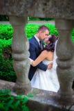 Le mariage a tiré de la mariée et du marié en stationnement Image libre de droits