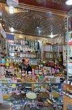 Le Maroc, la ville de Marrakech : Pharmacie dans le bazar de ville avec les médecines traditionnelles et modernes image libre de droits