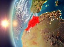 Le Maroc pendant le coucher du soleil de l'espace illustration de vecteur